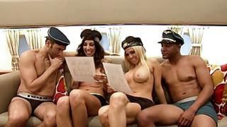 头等舱的乘客在客舱内卷曲