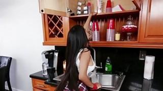 巨大的山雀娇小的拉丁女人在厨房里的刘海