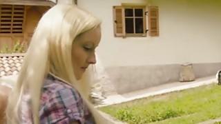 在这个视频中,一个金发女郎乱搞的有趣的声音