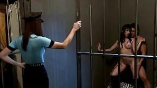 监狱牢房里性感女性四人性爱