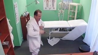 医生在假医院接受护士照顾病人