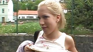 性感的宝贝正在让她的毛皮馅饼在户外钻