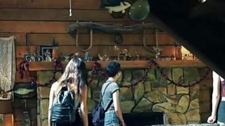 纹身青少年玉Jantzen在谷仓里残暴地性交