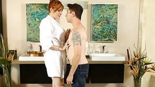 她的客户砰的一声大红头发的女按摩师混蛋