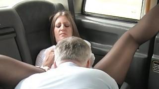 金发女郎在假的出租车上吮吸大公鸡直到满口