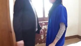 阿拉伯难民青少年在她紧张的阴部内接受大公鸡