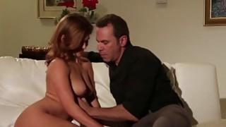 Sl daughter的女儿享受少数几次沙发性爱的父亲
