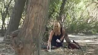 青少年在森林里抓到了他妈的蜡烛