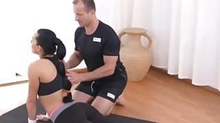 美味的黑发宝贝与她的私人教练在健身房乱搞