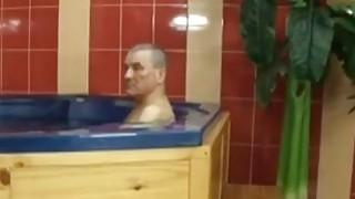 捷克妻子在按摩浴缸撞她丈夫的朋友