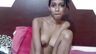 业余皮包骨头的印度德西青少年的罪恶通过在网络摄像头上显示大奶