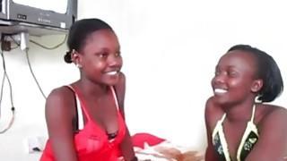 好奇的非洲女孩渴望在热女同性恋中尝试新的strapon