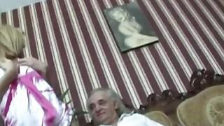 放荡的金发吮吸和乱搞一个老残疾人