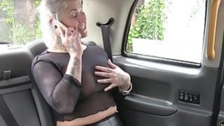 在假的出租车上看穿衬衫的金发女郎