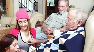 青少年荡妇Gigi和Sally与老邻居乱搞