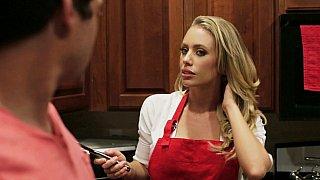 金发碧眼的家庭主妇在厨房里