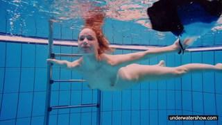 红发宝贝在游泳池中裸泳