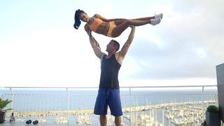 Apolonia Lapiedra和她的私人教练正在屋顶上锻炼