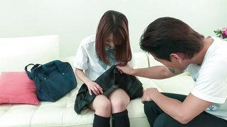 与一个有吸引力的日本女学生度过美好的时光