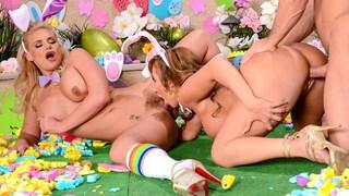 用两个丰满的妈咪庆祝复活节