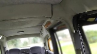 金发碧眼的色情明星在假的出租车上首次亮相