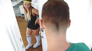足球运动员做Cleo Vixen,因为她的流行音乐是一片混乱