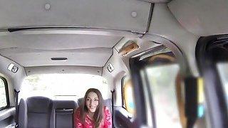 内衣里的大鼻子美女在假的出租车里爆炸