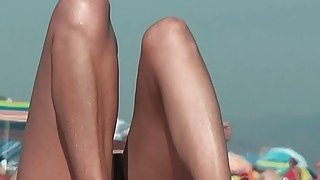 海滩上的裸体间谍凸轮与黑发女神的焦点