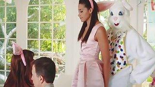可爱的少女阿维惊喜复活节兔子与湿猫