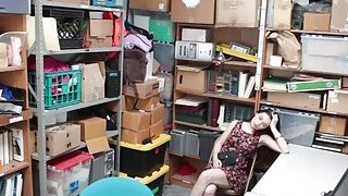 Shoplifter阿纳斯塔西娅玫瑰在她紧密的猫咪中爆发