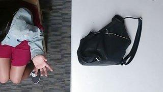 青少年脱衣舞娘抓住了从商店偷窃和工作安全