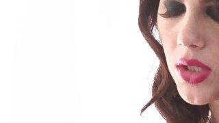 好色的黑发Valentina Nappi吸吮巨大的坚硬的公鸡