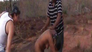 非洲的荡妇在三人行中狠狠地打了一个屁股