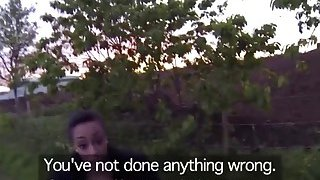 丰满的黑色妓女由警察在户外填补