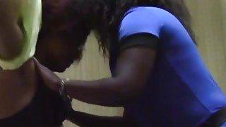壮丽的非洲女同志在卧室里给予彼此惊人的口头乐趣
