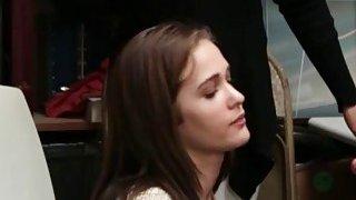 两名青少年小偷Peyton和Sienna在LP办公室中闯入