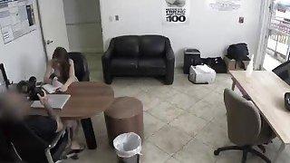Joseline Kelly在办公室接受代理人大董