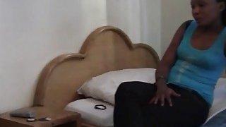 两个非常热的非洲大学室友在非常热的女同性恋性行为