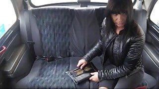 性感的乘客在后座上钻了下车