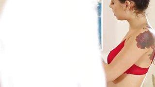 Tattoed女按摩师吉娜瓦伦蒂娜受塞瑟斯大公鸡的重创