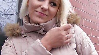 丰满的捷克金发女郎在公共场合获得巨大的公鸡