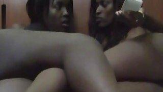 非洲Milf与他们的女同性恋角质阴户汽车旅馆敲打会议