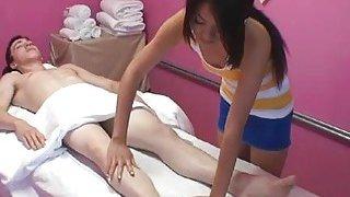 男人引诱按摩治疗师,并与她乱搞