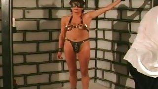 德国妓女受到蒙上眼睛支配的束缚,并且狠狠地打了一下