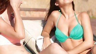 两个非常性感的年轻女同性恋宝贝在游泳池中相互满足