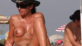 裸体沙滩上的裸体主义者正在洗澡