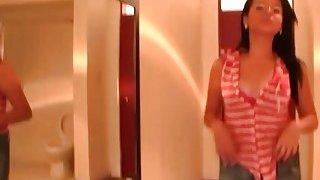 年轻的业余拉丁在她的第一部性爱视频中受到重创