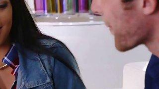 丰满的乌木青少年玛雅让她的大块头朋友填满她的阴户