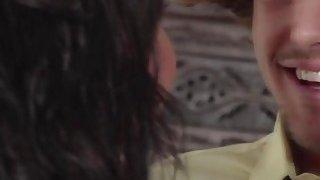 年轻的苍白荡妇迪迪林恩在三人行中与丰满的黑发妈妈