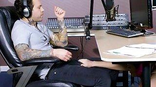 丰满的红发辣妹Dani Jensen被电台DJ捣毁